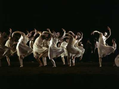 """Unvermittelte, ja aggressive VitalitŠt - auch und gerade in den TŠnzen und Gesten der MŠdchen - kennzeichnet Pina Bauschs Choreographie von Strawinskys """"FrŸhlingsopfer"""". Honorarfrei - nur fŸr diese Sendung bei Nennung ZDF und Renate SchŠfer"""